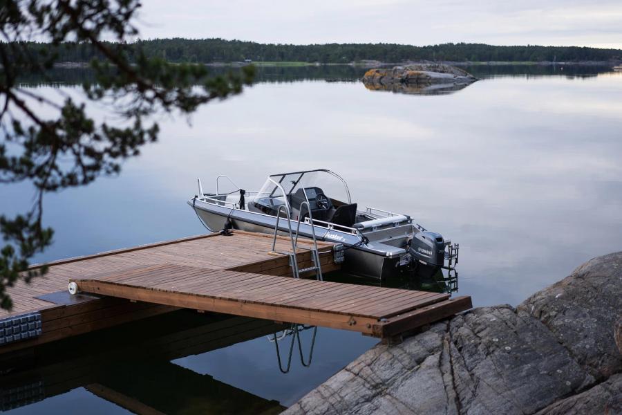 Erbjudande:Buster X, dynor, kapell, Buster Q med elektroniska kartor, Raymarine CHIRP fishfinder och Yamaha F70