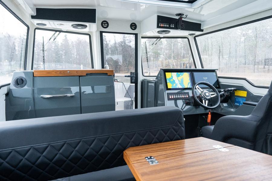 Uudistettu yhteysvene Buster Phantom Cabin vuosimalli 2021 kuva matkustamosta