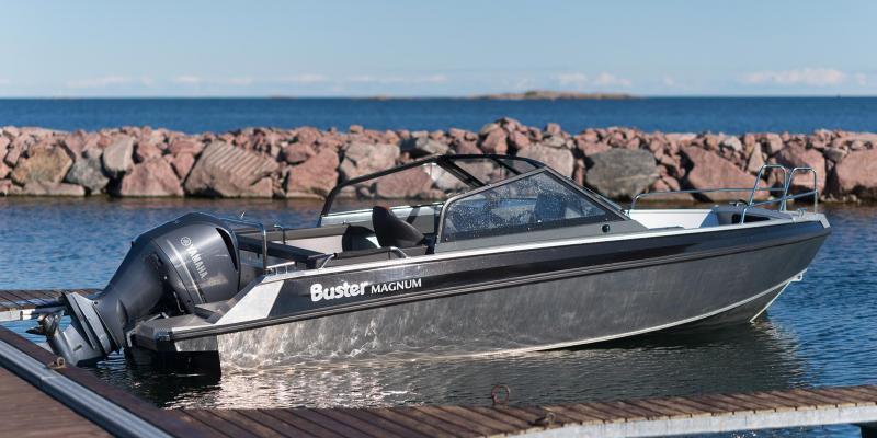 Buster Magnum + Yamaha F225 in marina