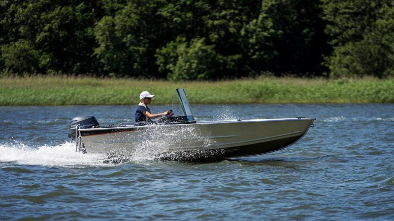 Buster XSr mökkivene, kaiteet ovat lisävaruste