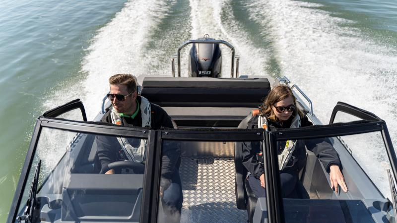 Buster XXL V MAX carries up to 8 passengers